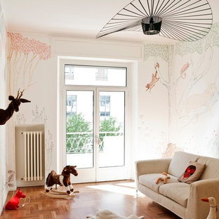 Ispirazione per una cameretta per bambini da 4 a 10 anni bohémian di medie dimensioni con pavimento in legno massello medio