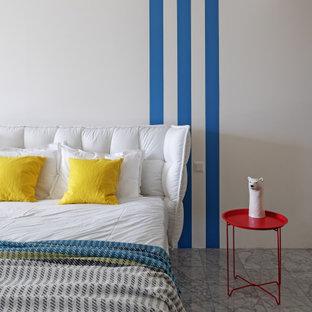 Foto di una cameretta da bambino design con pareti bianche e pavimento in marmo