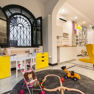 Idée de décoration pour une grand chambre d'enfant de 1 à 3 ans bohème avec un sol en marbre et un mur blanc.