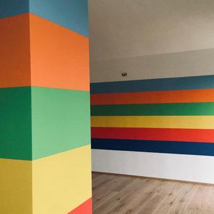 Esempio di una cameretta per bambini design di medie dimensioni con pavimento in legno verniciato e soffitto in legno