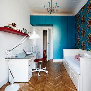 Immagine di una cameretta per bambini classica con pareti bianche, pavimento in legno massello medio e pavimento marrone