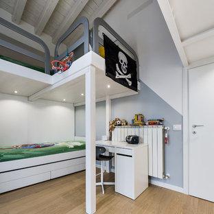 Immagine di una cameretta per bambini da 4 a 10 anni design di medie dimensioni con pareti multicolore, parquet chiaro e pavimento beige