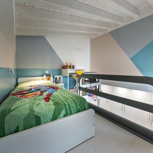 Foto di una cameretta per bambini da 4 a 10 anni design di medie dimensioni con pareti multicolore, parquet chiaro e pavimento beige