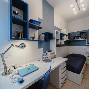 Imagen de dormitorio infantil minimalista, pequeño, con paredes multicolor, suelo de madera clara y suelo beige