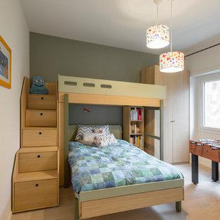 Immagine di una grande cameretta per bambini design con parquet chiaro, pareti bianche e pavimento beige