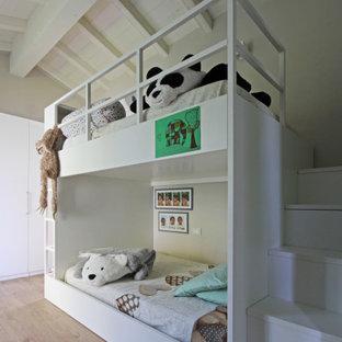 Idee per una cameretta da letto country con pareti grigie, parquet chiaro, pavimento beige, travi a vista, soffitto in perlinato e soffitto a volta