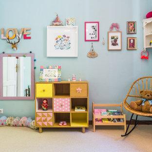 Idee per una grande cameretta da bambina contemporanea con pareti blu, moquette e pavimento grigio