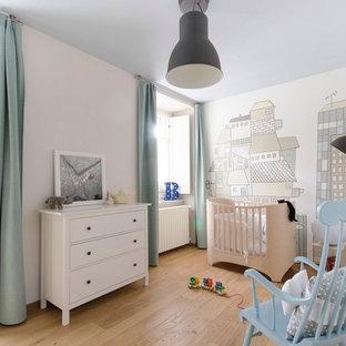 Diseño de habitación de bebé clásica renovada con suelo beige