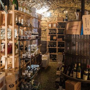 Exemple d'une cave à vin nature de taille moyenne avec un sol en calcaire et un présentoir.