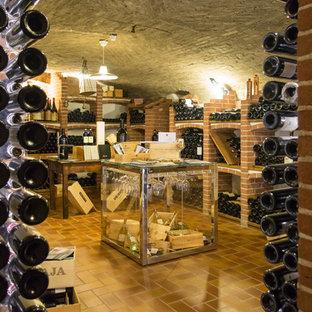 Foto de bodega campestre, grande, con suelo de baldosas de porcelana y vitrinas expositoras