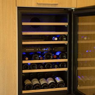 Inspiration pour une grand cave à vin minimaliste avec un sol en carrelage de porcelaine, des casiers et un sol beige.