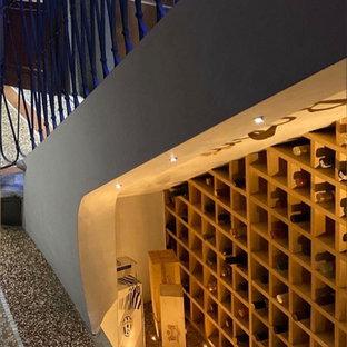 Diseño de bodega rústica, pequeña, con suelo de mármol, vitrinas expositoras y suelo gris