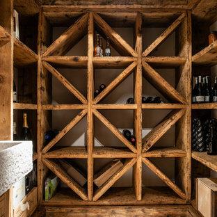 Cette photo montre une petit cave à vin montagne avec un sol en calcaire et un présentoir.