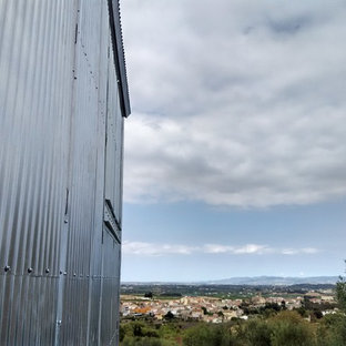 This is an example of a small industrial detached barn in Barcelona.