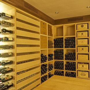 Idées déco pour une cave à vin contemporaine de taille moyenne avec des casiers.