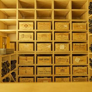 Aménagement d'une cave à vin contemporaine.