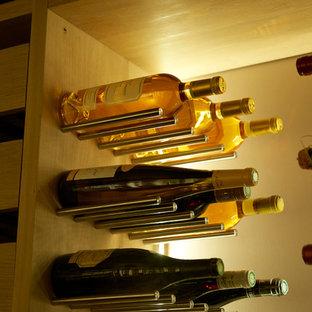 Cette photo montre une cave à vin tendance.