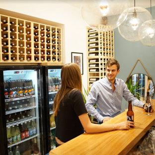 Idées déco pour une cave à vin scandinave de taille moyenne avec un sol en bois clair.