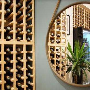 Cette photo montre une cave à vin scandinave de taille moyenne avec un sol en bois clair.