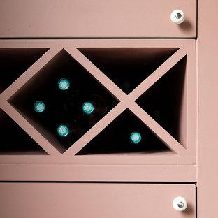 Idée de décoration pour une petit cave à vin tradition avec des casiers losange.