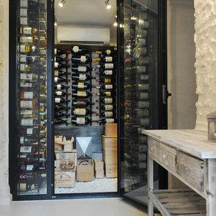 Idée de décoration pour une petit cave à vin design avec un présentoir.