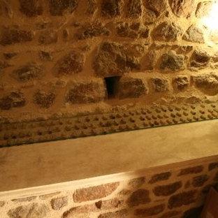 Ejemplo de bodega tradicional, pequeña, con suelo de ladrillo, botelleros y suelo rojo