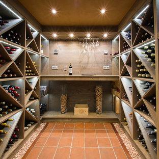 Idéer för stora funkis vinkällare, med klinkergolv i terrakotta och vinställ med diagonal vinförvaring