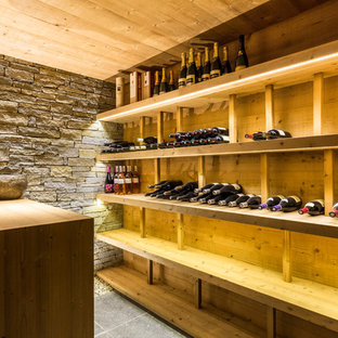 Idée de décoration pour une grand cave à vin chalet avec des casiers.
