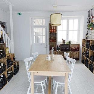 Imagen de bodega clásica, de tamaño medio, con suelo laminado, botelleros y suelo gris