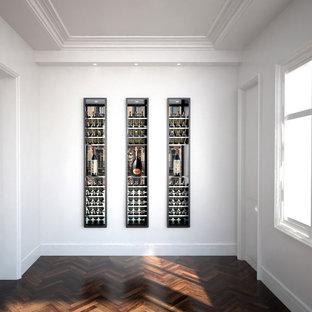 Idee per una grande cantina minimalista con parquet scuro, portabottiglie a vista e pavimento beige