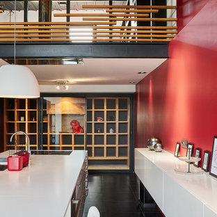 Idee per una cantina moderna con rastrelliere portabottiglie e pavimento nero