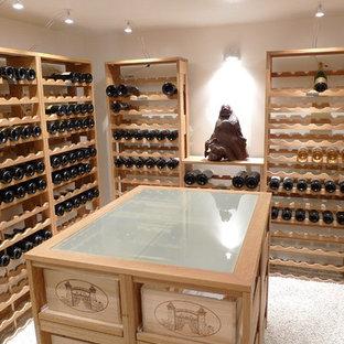 Klassisk inredning av en liten vinkällare, med kalkstensgolv, vinhyllor och vitt golv