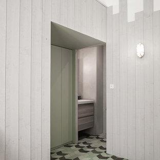 Immagine di una grande cameretta per bambini da 4 a 10 anni contemporanea con pareti verdi, parquet chiaro e pavimento verde