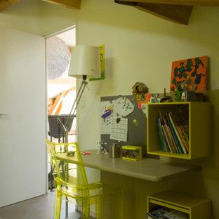 Idées déco pour une chambre d'enfant de 4 à 10 ans contemporaine de taille moyenne avec un mur blanc, un sol en linoléum et un sol gris.