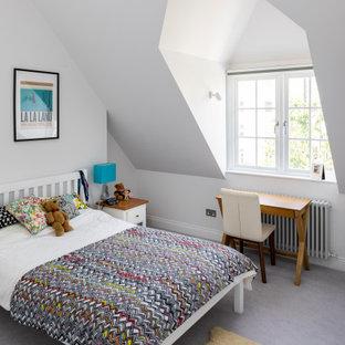 Réalisation d'une chambre d'enfant design avec un mur blanc, moquette et un sol gris.