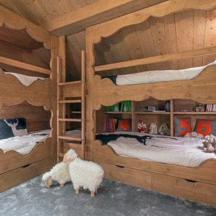 Exemple d'une chambre d'enfant de 4 à 10 ans tendance de taille moyenne avec un mur marron et moquette.