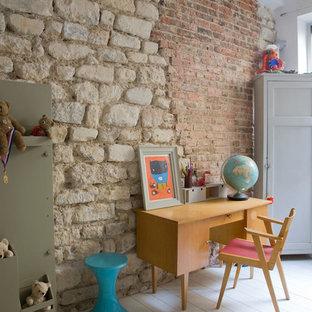 Aménagement d'une chambre de garçon de 4 à 10 ans contemporaine avec un mur blanc, un sol en bois peint et un bureau.