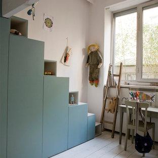 Imagen de dormitorio infantil contemporáneo con paredes blancas y suelo de madera pintada