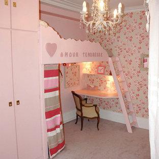 Cette photo montre une chambre d'enfant de 4 à 10 ans romantique de taille moyenne avec un mur rose, moquette et un sol gris.