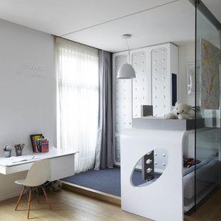 Cette photo montre une chambre d'enfant de 4 à 10 ans scandinave de taille moyenne avec un mur blanc et un sol en bois clair.