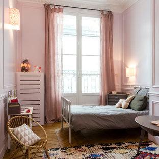 Idées déco pour une grand chambre d'enfant de 4 à 10 ans contemporaine avec un mur rose et un sol en bois brun.