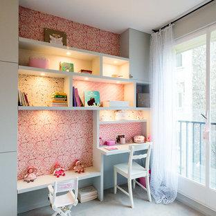 Réalisation d'une chambre de fille de 4 à 10 ans tradition de taille moyenne avec un bureau et un mur beige.
