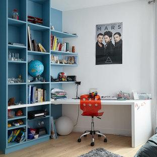 Idées déco pour une chambre d'enfant contemporaine de taille moyenne avec un bureau, un sol en bois clair et un mur multicolore.