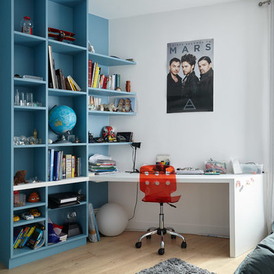 Kids' room - mid-sized contemporary gender-neutral light wood floor kids' room idea in Paris with multicolored walls