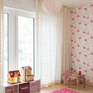 Réalisation d'une chambre d'enfant de 4 à 10 ans nordique de taille moyenne avec un mur rose, un sol beige et un sol en bois clair.