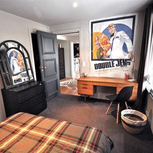 Esempio di una grande cameretta per bambini bohémian con pareti marroni, moquette e pavimento marrone
