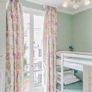 Cette image montre une chambre d'enfant de 4 à 10 ans bohème avec un mur vert.