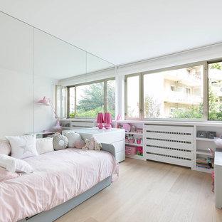 Cette image montre une chambre d'enfant de 4 à 10 ans nordique de taille moyenne avec un mur blanc et un sol en bois clair.
