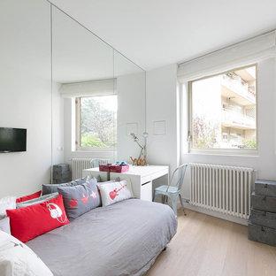 Idées déco pour une chambre d'enfant scandinave de taille moyenne avec un bureau, un mur blanc et un sol en bois clair.
