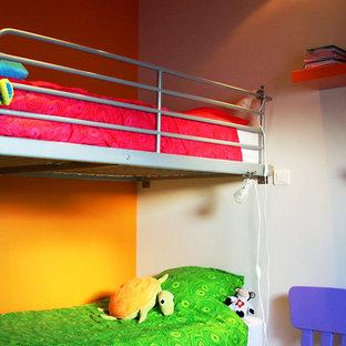 Modern inredning av ett mellanstort könsneutralt barnrum kombinerat med sovrum och för 4-10-åringar, med mörkt trägolv, brunt golv och orange väggar